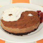 マダム・カーコのマクロビクッキング 豆腐チョコレートの陰陽ケーキ、ベリーソースを添えて